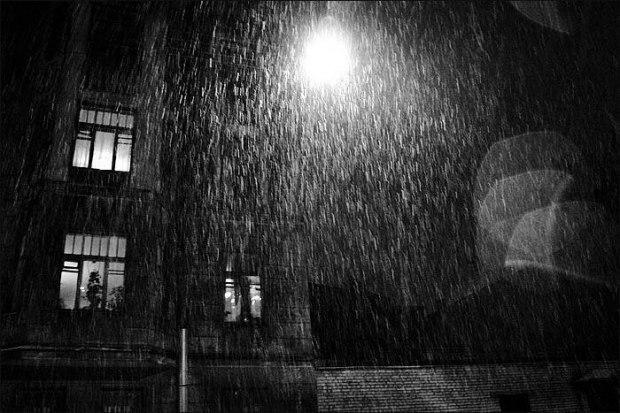 Мелкий сеется дождь и фонарь...